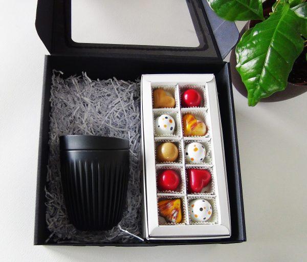 kavos puodelis ir saldainiai